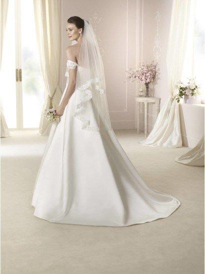 Открытое свадебное платье из атласа.