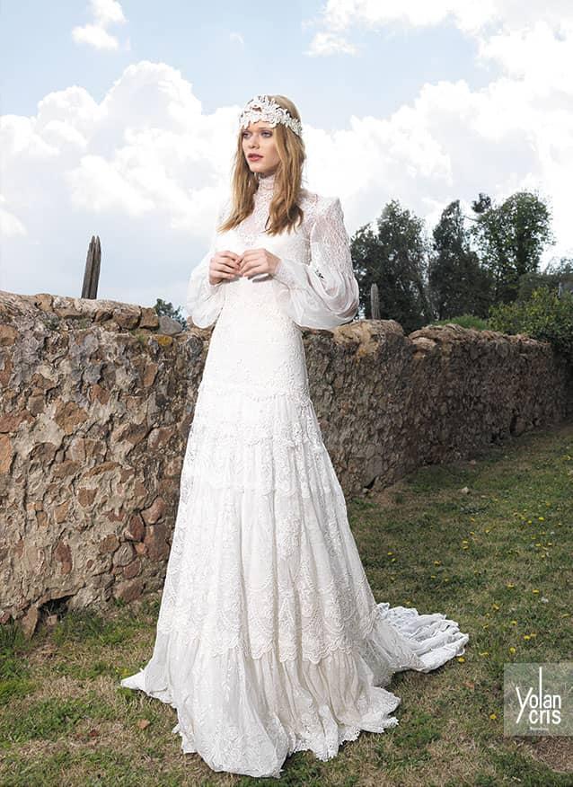 3932af4f10a Свадебное платье в богемном стиле отлично смотрится с длинным рукавом из  плотной или прозрачной ткани. В сочетании с закрытым декольте и длинной  юбкой чуть ...