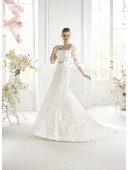 """Свадебное недорогоеплатье со стильным квадратным вырезом декольте, образованным прямым лифом и ажурными рукавами длиной в три четверти.  Облегающий силуэт """"русалка"""" идеально подходит для того, чтобы показать стройность невесты.  Усиливает впечатление широкий атласный пояс на талии, декорированный сверкающей вышивкой.  Отделка выполнена из кружева, которое особенно красиво смотрится по краю подола, делая его ажурным."""