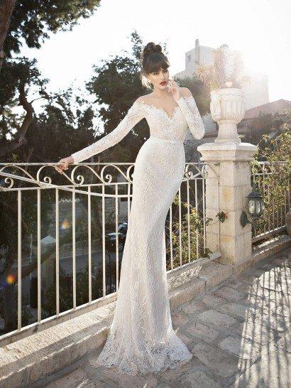 Элегантный силуэт свадебного платья с открытым портретным декольте потрясающе очерчивает фигуру.  Особую выразительность образу придают длинные рукава и изысканное кружево отделки, удлиненным верхним слоем спускающееся по юбке прямого кроя.  Дополнить женственный силуэт помогает тонкий пояс с бантом, расположенный на естественной линии талии невесты.  Такая лаконичная деталь поможет подчеркнуть безупречное чувство стиля невесты.  Свадебные платья Berta Bridalэксклюзивно представлены в салоне Виктория  Примерка платьев Berta Bridal-платная