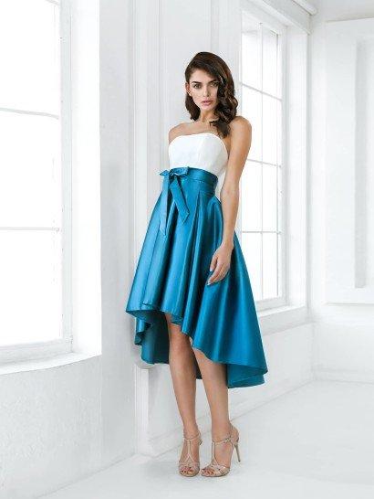 Открытое вечернее платье прекрасно подойдет для выпускного образа.  Лиф с элегантным изгибом подчеркивает женственность обладательницы так же, как и пояс с объемным бантом сбоку, расположенный на естественной линии талии.  Пышная юбка А-силуэта привлекает внимание не только оригинальным кроем с укороченным спереди подолом, но и глянцевым блеском бирюзового атласа, из которого она выполнена.