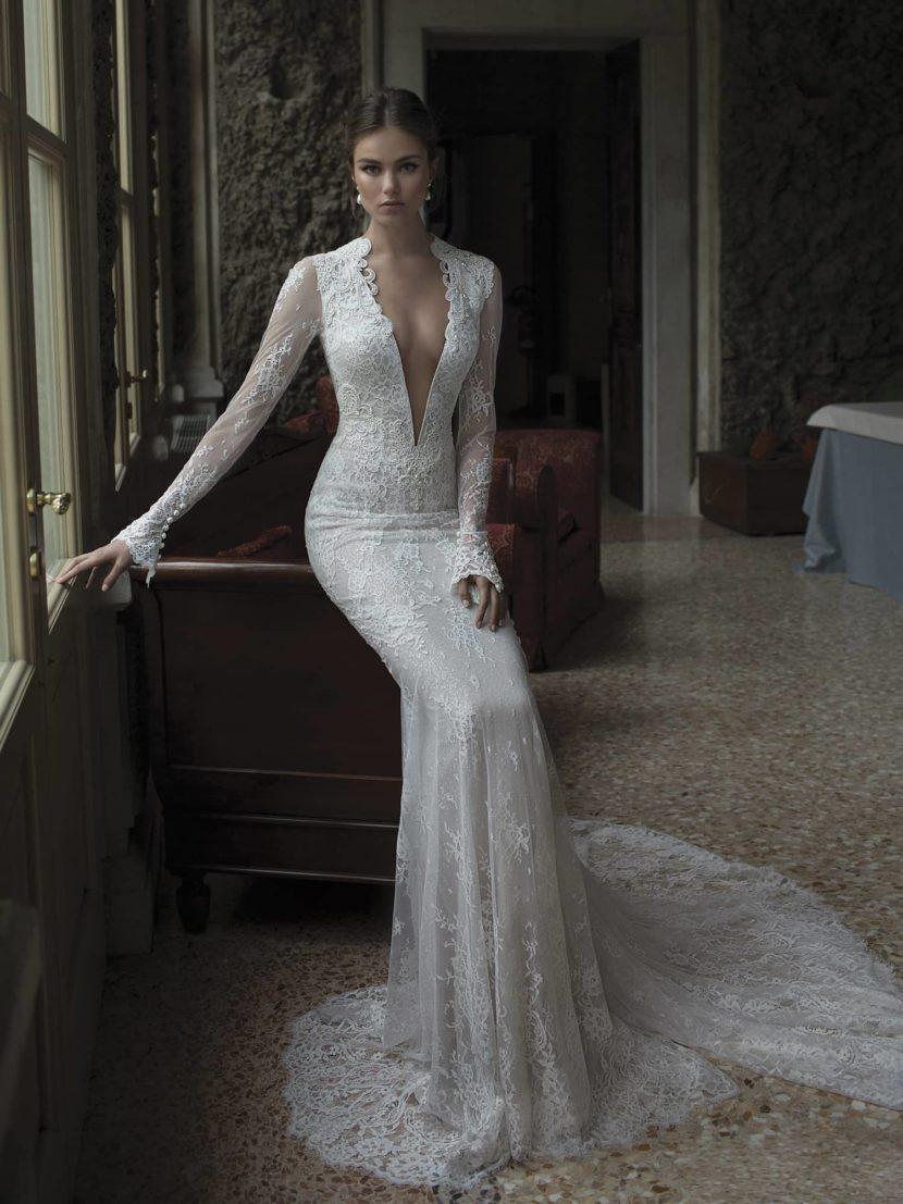 Элегантный силуэт свадебного платья с глубоким V-образным вырезом.