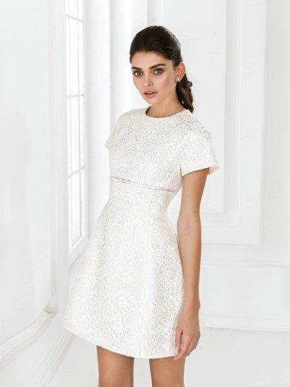 Простое короткое свадебное платье.