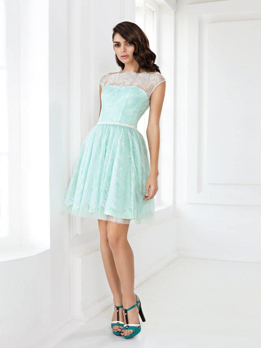 Закрытое выпускное платье нежного голубого цвета с декором из кружева.