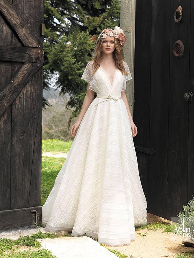 Свадебное платье с вырезом.