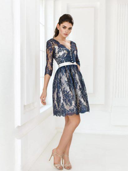 Роскошное платье идеально для запоминающегося появления на выпускном вечере.  Яркий образ основан на контрасте глубокого синего и сияющего белого. Белый атлас – основа с открытым лифом-сердечком и пышной юбкой А-силуэта.  Полупрозрачное кружево – верхний слой ткани с рукавом длиной в три четверти и элегантным V-образным вырезом.  Кружевной материал смотрится объемно и выразительно благодаря белому фону и подчеркнут белыми же деталями декора.  Отлично подойдет для празднования нового года или выпускного вечера!