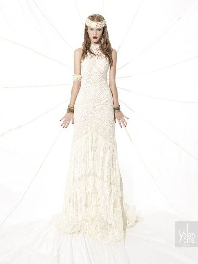 [vc_row][vc_column][vc_column_text]Потрясающее закрытое свадебное платье отличается узнаваемым богемным стилем. Прямой силуэт преображается благодаря полупрозрачным ажурным вставкам и геометрическому узору на юбке.  В качестве декора лифа использовано крупное кружево, а длинная юбка с шлейфом средней длины отделана ассиметричными полосами бахромы, расположенными в несколько горизонтальных уровней от линии бедер до низа подола.  Свадебные платья Yolan Crisэксклюзивно представлены в салоне Виктория  Примерка платьев Yolan Cris -платная[/vc_column_text][/vc_column][/vc_row]