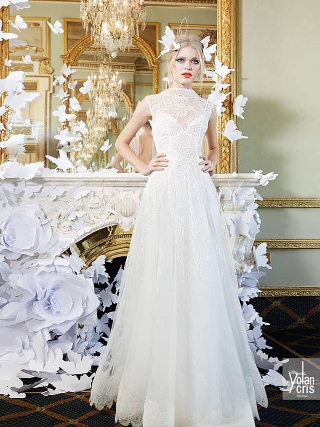 Закрытое кружевное свадебное платье с воротом.