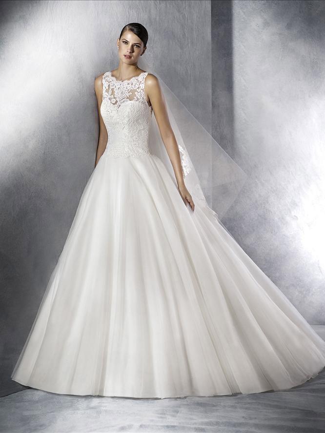 Свадебное платье с крупным кружевом на декольте.