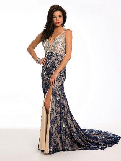 Вечернее платье с женственным силуэтом «русалка» чувственно дополнено асимметричным вырезом по подолу, поднимающимся до середины бедра.  Открытый лиф с глубоким V-образным декольте дополнен узкими бретелями и декорирован вышивкой серебристыми бусинами.  От завышенной линии талии и до низа подола платье украшает слой синего кружева с мелким цветочным рисунком, располагающийся на бежевой подкладке.