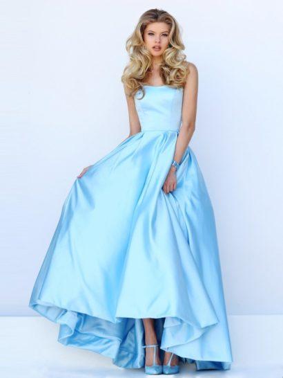 Изысканное вечернее платье с пышным силуэтом выполнено из атласа романтичного пастельного оттенка голубого.  Сдержанный крой красиво подчеркивает фигуру контрастом облегающего корсета с лаконичным лифом и пышной юбки, украшенной объемными вертикальными складками атласа.  Спереди подол укорочен и позволяет продемонстрировать роскошные вечерние туфли, а сзади образует небольшой торжественный шлейф.