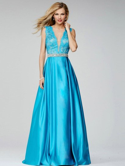 Голубое вечернее платье откровенно подчеркивает фигуру двумя глубокими декольте V-образной формы, располагающимися и на лифе, и на спинке.  Обрамляет вырезы кружево, покрывающее широкие бретели.  На талии, к которой спускается вырез, узкой сверкающей полосой располагается роскошный пояс, который расшит стразами по всей длине.  Юбка из глянцевой ткани впечатляет сдержанной красотой – ее декорируют лишь пышные вертикальные складки.
