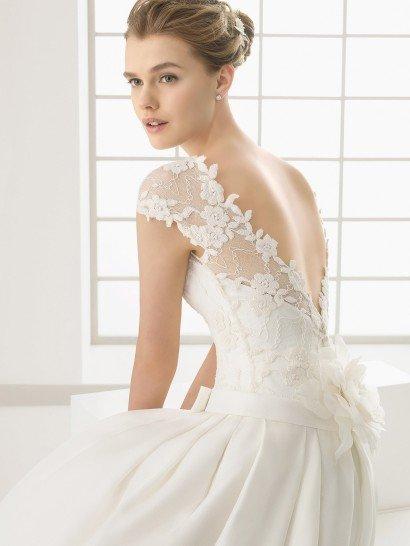 Пышное свадебное платье со шлейфом и с поясом.