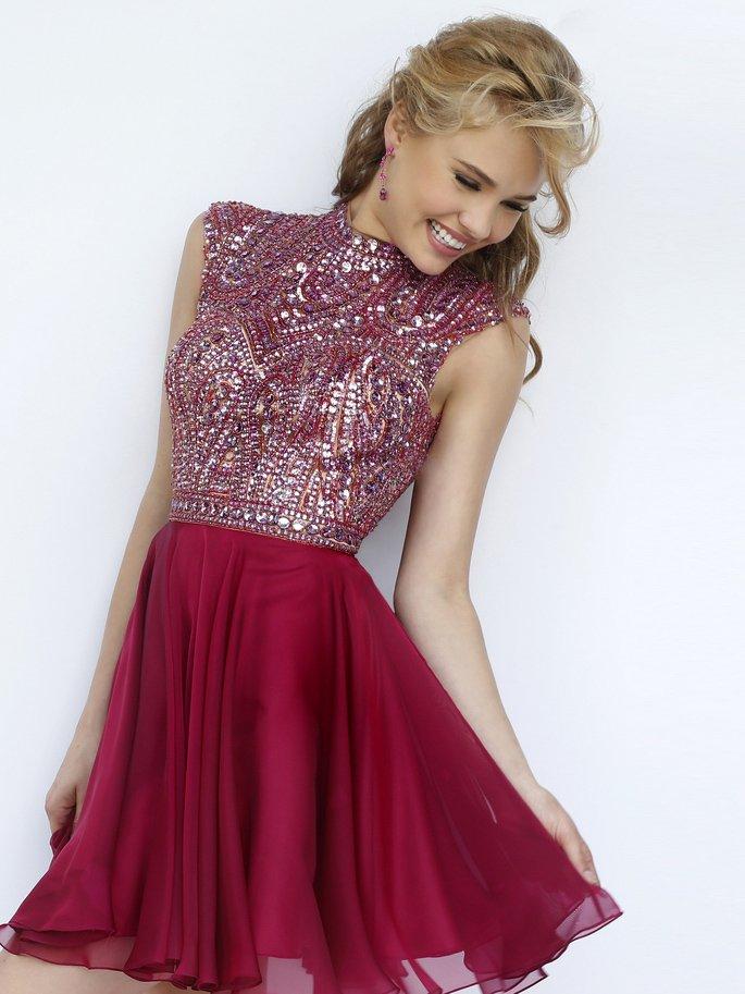 Короткое малиновое выпускное платье с роскошной отделкой верха из пайеток и стразов.