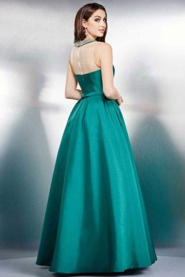 Пышное выпускное платье с глубоким декольте и блестящей отделкой.
