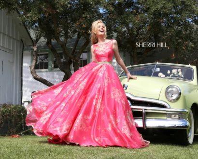 Яркое выпускное платье с пышным силуэтом и узким атласным поясом.