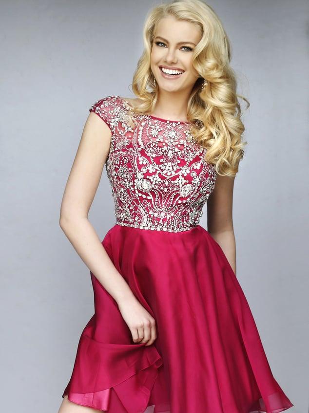 Бордовое выпускное платье длиной до середины бедра с блестящей отделкой.