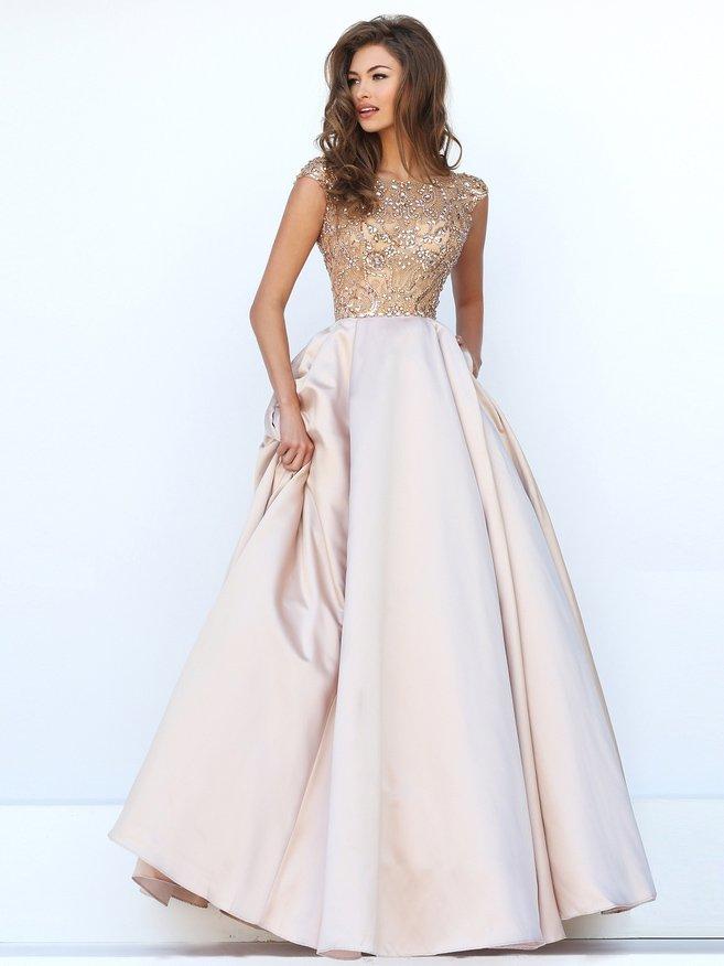 Выпускное платье с атласной юбкой и декором из крупных стразов.