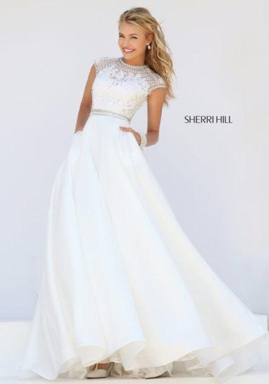 Белое выпускное платье с декором из стразов и небольшим шлейфом.