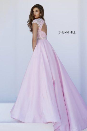 Пышное выпускное платье розового цвета с закрытым верхом.