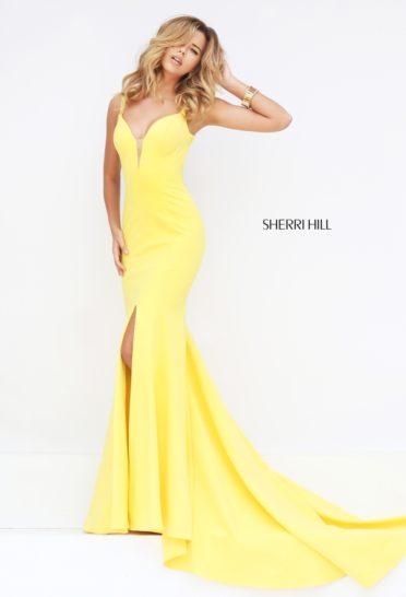 Желтое длинное выпускное платье облегающего кроя со шлейфом.