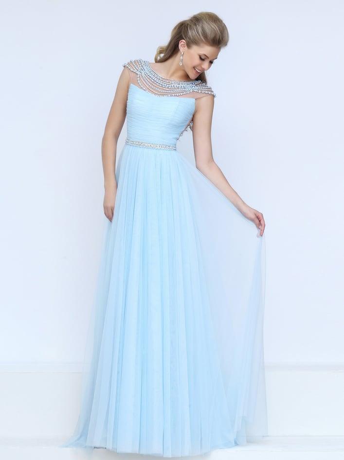 Длинное выпускное платье голубого цвета с вышивкой и узким поясом.
