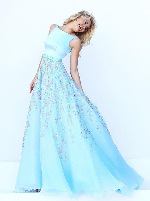 Голубое выпускное платье с розовой вышивкой на юбке.