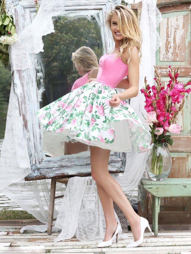 Короткое выпускное платье розового цвета с цветочным принтом на юбке.