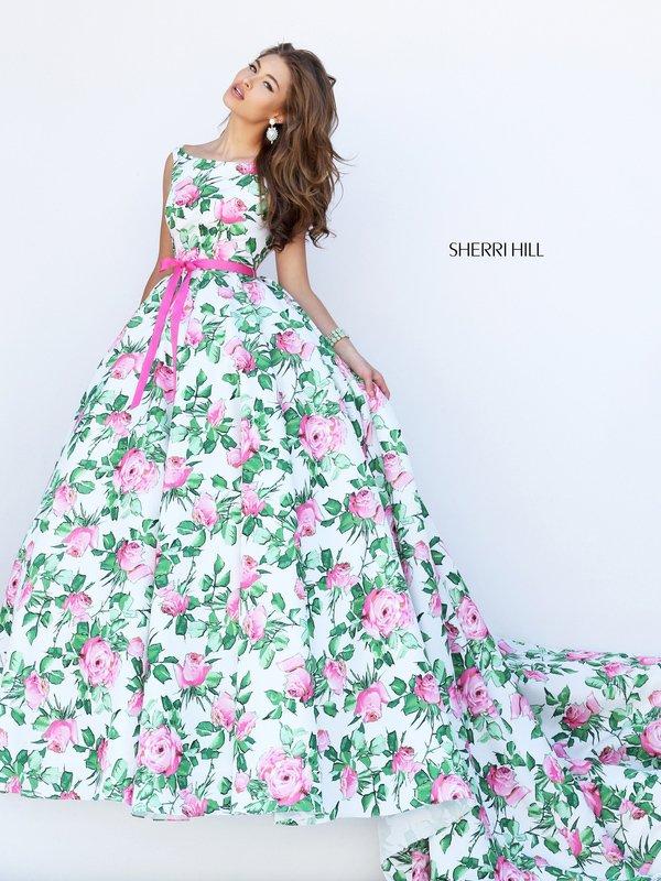 Пышное выпускное платье со шлейфом из ткани с крупным цветочным принтом.