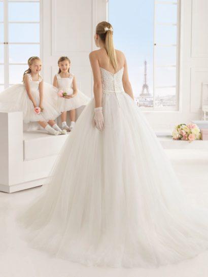 Открытое свадебное платье А-силуэта с кружевным верхом.