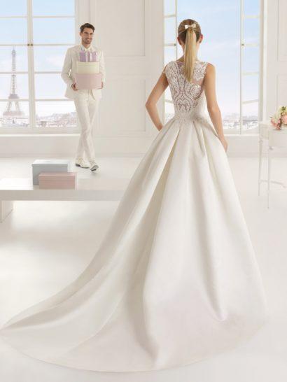 Роскошное свадебное платье с романтичной отделкой.