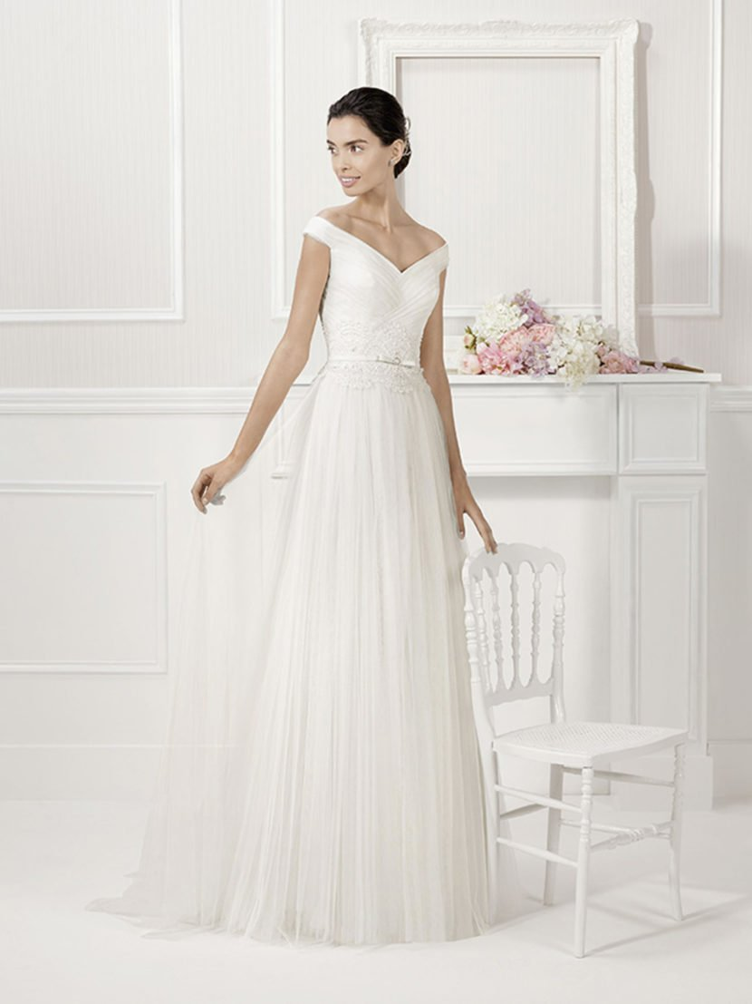 Изящное свадебное платье с прямым силуэтом.