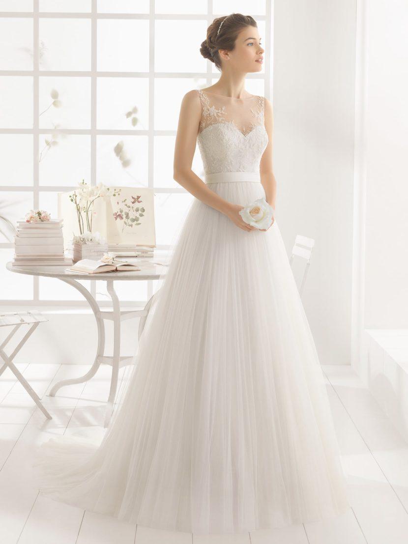 Свадебное платье А-силуэта с полупрозрачными вставками.