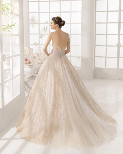 Цветное свадебное платье с пышным силуэтом.