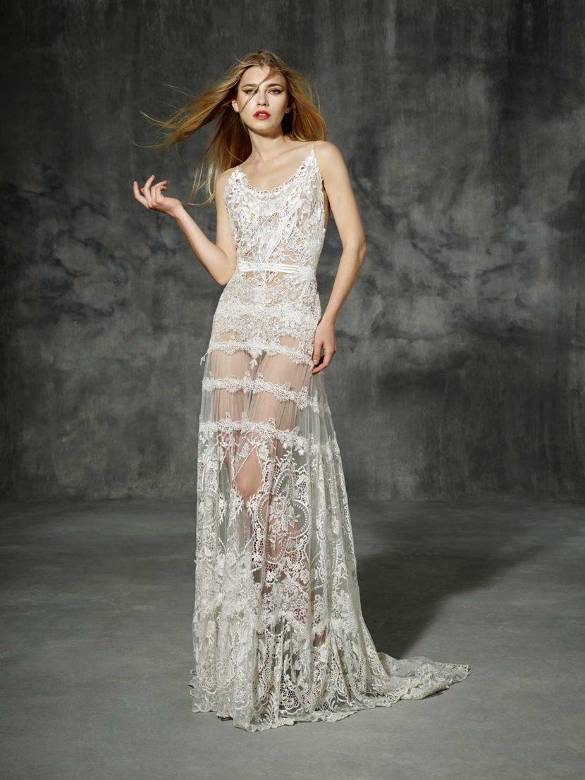 Прямое свадебное платье с юбкой из прозрачной ткани и глубоким декольте.