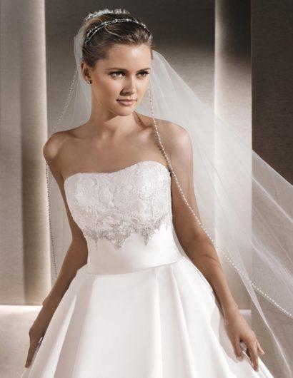 Роскошное свадебное платье с пышным силуэтом и вышивкой на лифе.