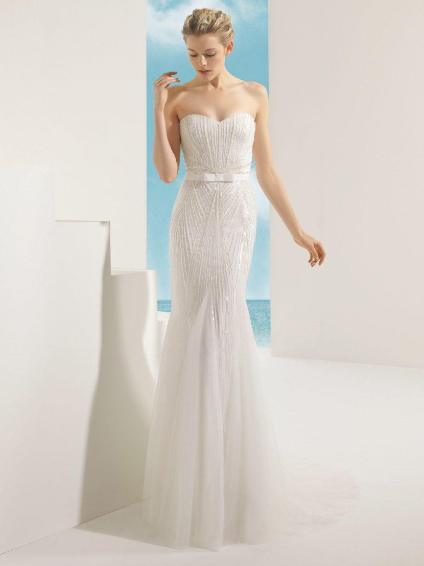 Сверкающее свадебное платье с силуэтом «русалка».