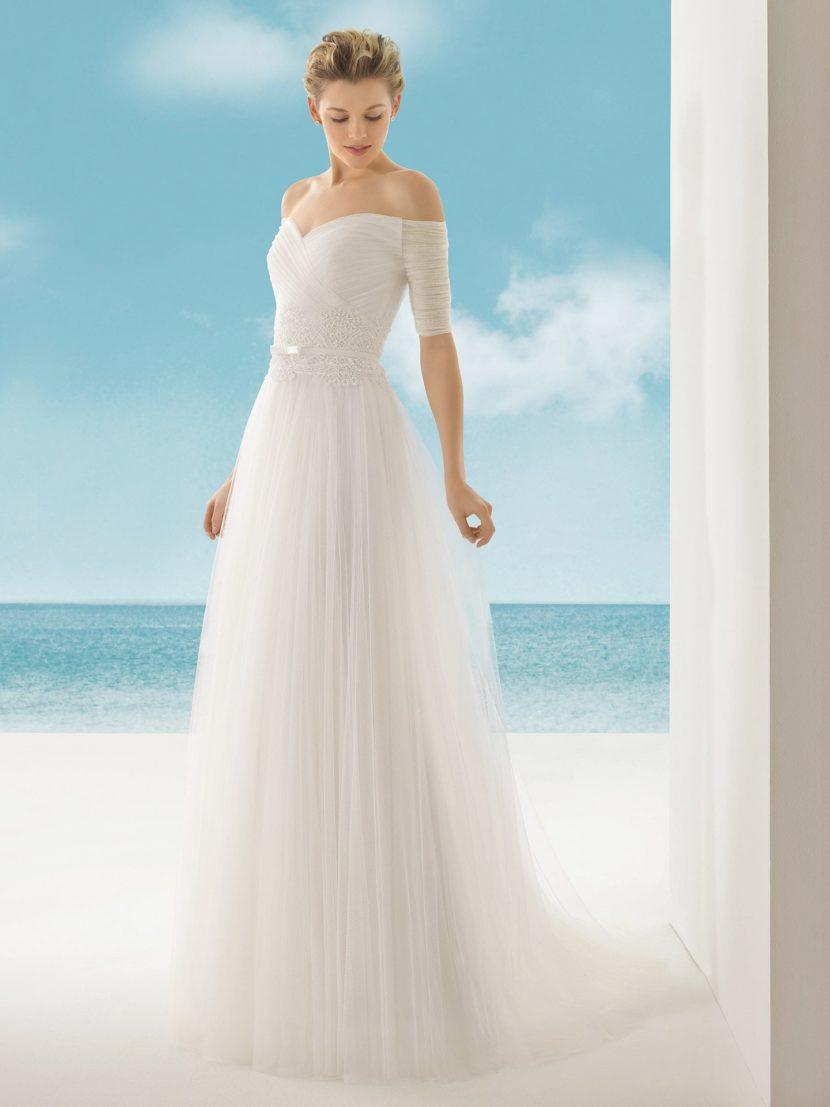 Свадебное платье А-силуэта с портретным декольте.