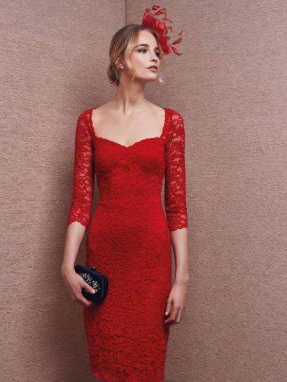 Выразительное вечернее платье с облегающим силуэтом яркого красного цвета украшено по всей длине кружевной тканью такого же цвета, отличающийся крупным цветочным рисунком.  Область декольте подчеркивает вырез каре, дополненный облегающими рукавами длиной в три четверти.  Вырез на спинке полностью закрыт кружевной тканью. Юбка прямого кроя спускается до уровня коленей, изящно открывая ноги.