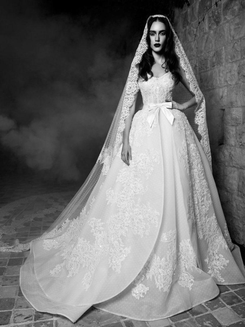 Свадебное платье с кружевной отделкой.
