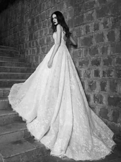 Великолепное свадебное платье пышного силуэта из фактурной кружевной ткани