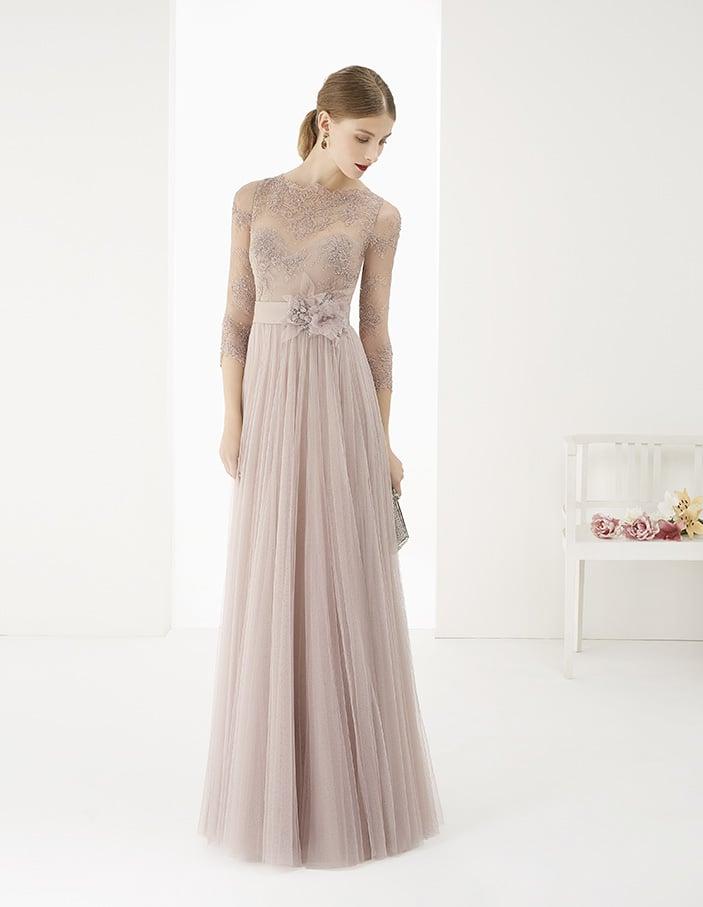Прямое вечернее платье изысканного розового цвета, декорированное сверху кружевом.