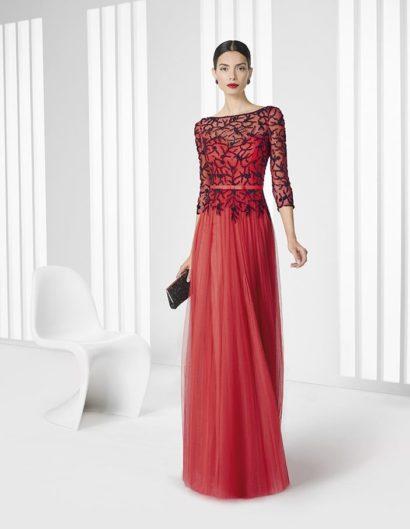 Оригинальное вечернее платье прямого кроя выполнено из изысканной красной ткани, дополненной контрастной черной вышивкой сверху, выполненной на прозрачной ткани.  Под тонкой тканью располагается изысканный вырез в форме сердца.  Помимо основы для отделки она служит также для создания облегающих рукавов длиной в три четверти. На талии – узкий атласный пояс, украшенный небольшим бантом спереди.
