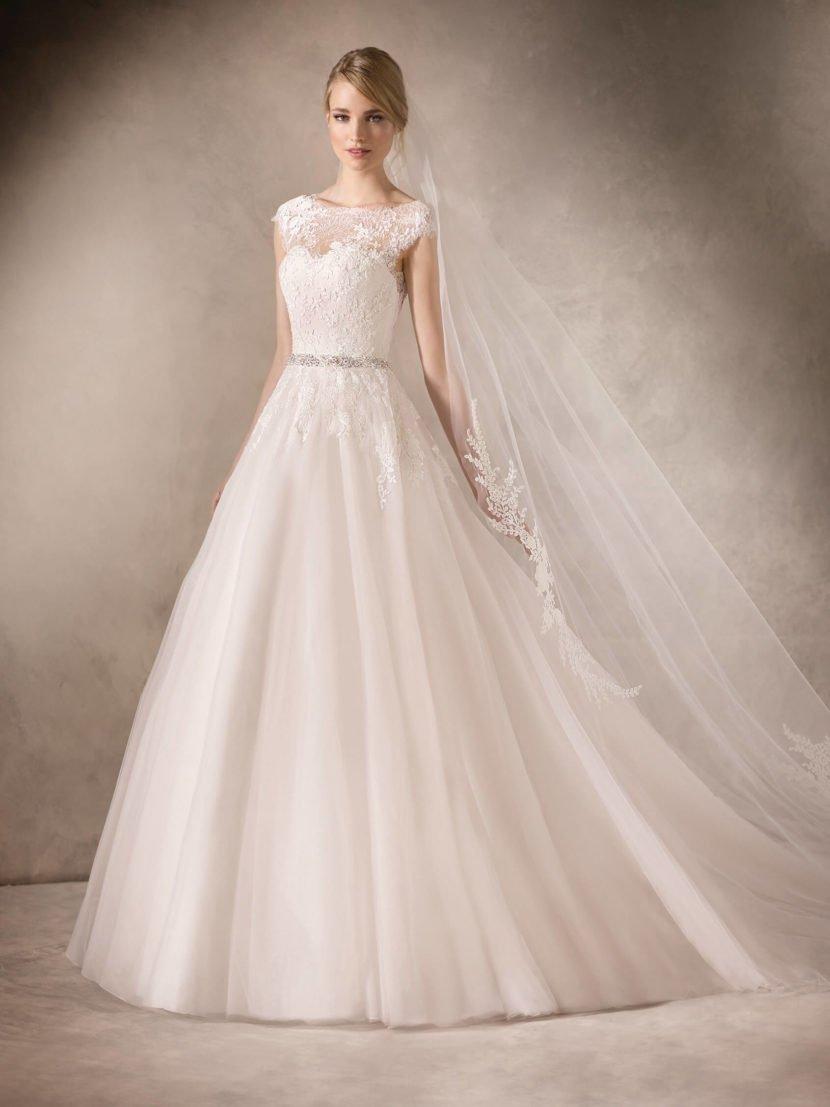 Нежное свадебное платье «принцесса» с кружевным декором верха и узким блестящим поясом.
