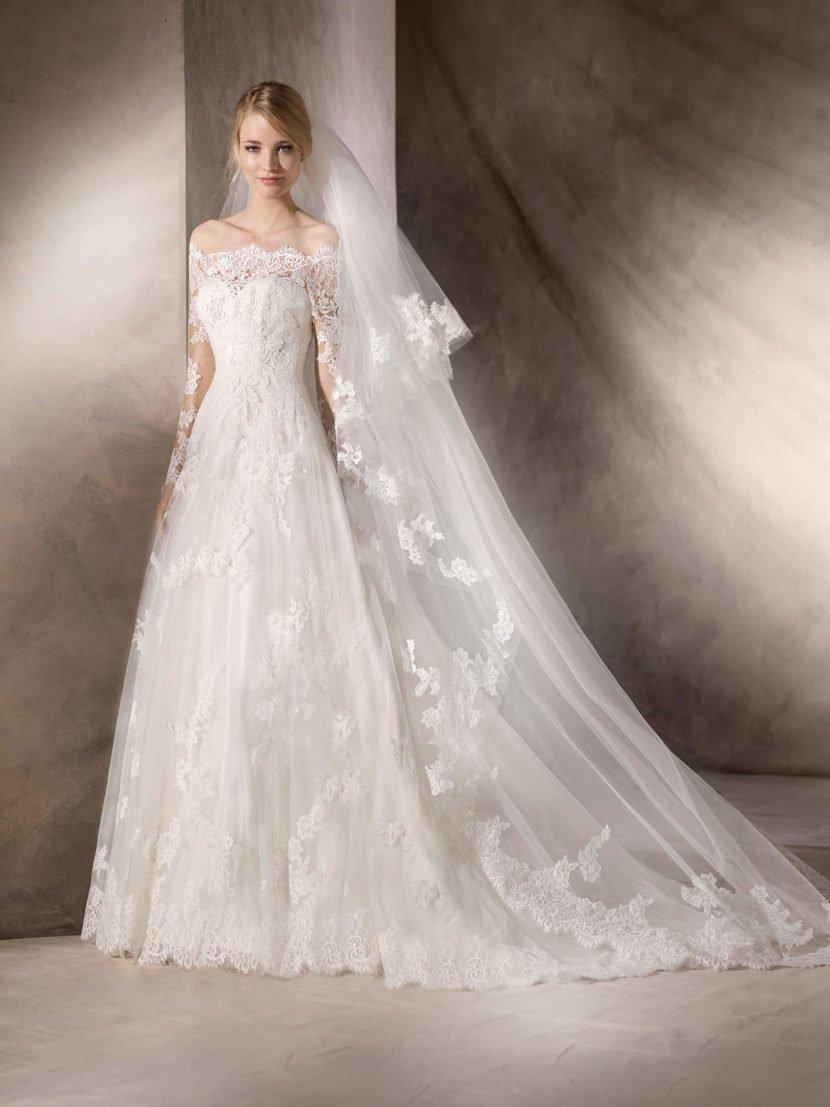 Кружевное свадебное платье «принцесса» с портретным декольте и длинным рукавом.