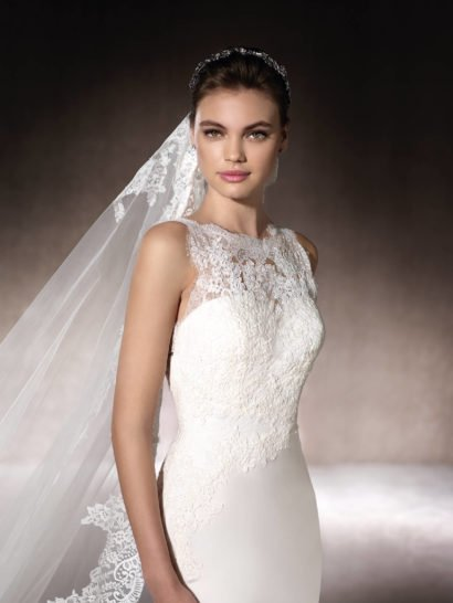 Свадебное платье «русалка» с открытой спиной и кружевным декором корсета и подола.