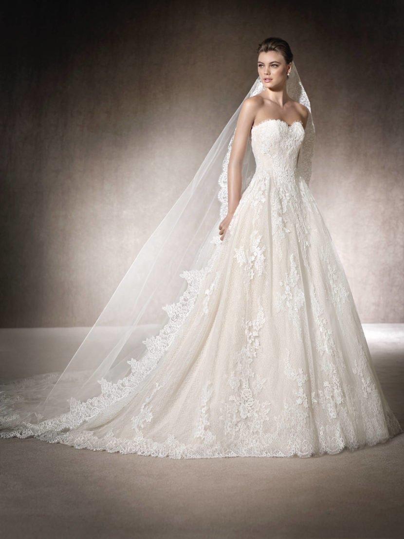 Кружевное свадебное платье с открытым лифом в форме сердца и юбкой А-силуэта.
