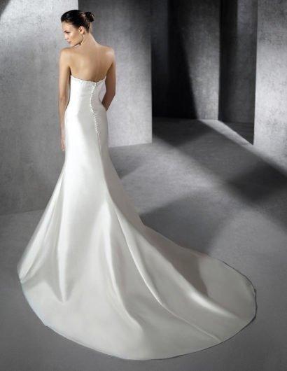 Открытое свадебное платье «русалка» из глянцевого атласа, с вышивкой по краю декольте.