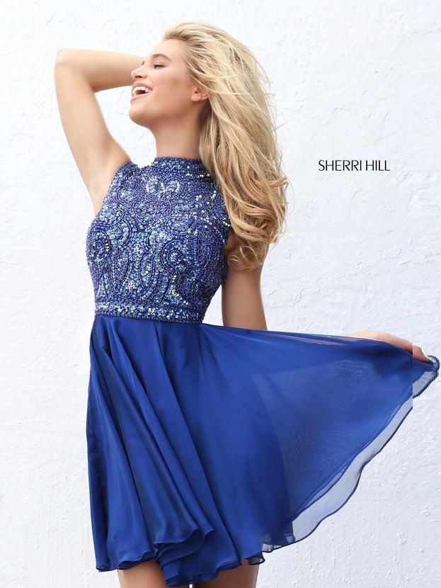 Притягательное вечернее платье синего цвета с отделкой стразами.