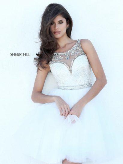 Белое выпускное платье с короткой юбкой и роскошным декором.